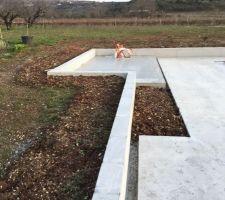 Muret sur lequel sera construit l'abris de jardin (au fond)
