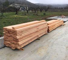 Réception du bois pour le local technique.