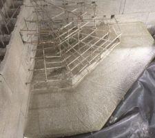 Coulage de la première marche de l'escalier, ferraillage des suivantes.