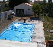 ( Vue de l'étage) Dalle de la future piscine coulée.