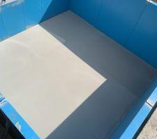 Petit conseil pour avoir un fond propre et plane avant la pose du liner. couler un ragreage extérieur pour grosse charge  avec un petit grain pour une finition lisse.