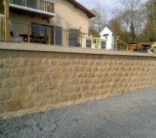 Mur de soutènement en banché et fausses pierres
