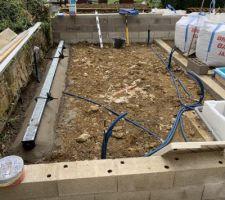 Préparation avec de couler la dalle de la terrasse du bas (mise en place des caniveaux)  gaines électrique tirer.