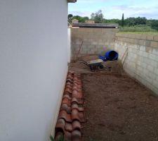 A gauche maison et a droite mur de cloture avec fossé de l'autre coté . 3 mètres de large sur 6 mètres de long