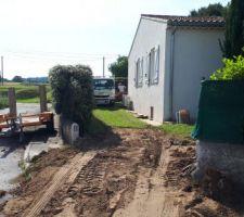 Début du terrassement, on coupe le mur pourt faire rentre la minipelle et les camions pour charger