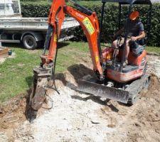 Après 50 cm de bonne terre, découverte de rocher, on poursuit donc au BRH