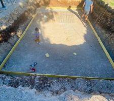 Pose des planches de coffrage pour délimiter la dalle de béton qui va être coulée dans quelques jours ..