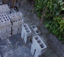 5 jours de séchage pour mes fondations des murs  (qui n'ont rien à voir avec ma mini-piscine) J'attaque la pose des parpaings...