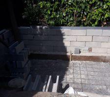 1ère étape mur voisinage (1m avant de faire une ceinture pour pouvoir poser ma terrasse mobile)... 2jours de travail !!