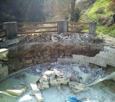 Début du démontage du bassin.  Masse et burin en main, sans se douter de ce qui m?attendait. Des gravats et des pierres à évacuer...
