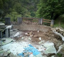 Le trou avance, mais les gravats et les pierres commencent à s'accumuler tout autour.