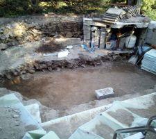 Le trou avance, mais sans savoir que j'arrivais sur une veine de pierre très dur. En arrière-plan, le futur local technique enterré.