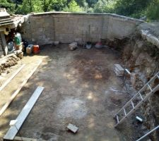Après plusieurs mois à creuser à la main, la construction de la piscine va enfin pouvoir commencer.