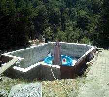 En attendant la mise en eau, une petite piscine gonflable est arrivée.