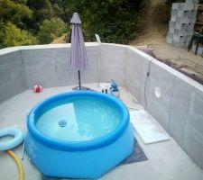 Enduit préparatoire sur les blocs à bancher.