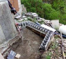 Positionnement de blocs à bancher ouvert sur 1 face. Cela permet de servir de coffrage pour la dalle et de support pour les blocs à bancher des murs.