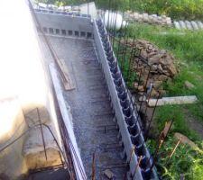 Fers de reprise et les 2 premiers rangs de blocs à bancher installés.