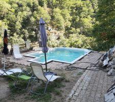 On profite un peu de la piscine. Les arbres sont coupés pour dégager la vue, mais il reste tous les gravats à évacuer et les pierres à déplacer.