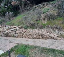 Les gravats évacués laissent place à des murs en pierres sèches, réalisés avec les pierres récupérés lors du terrassement.