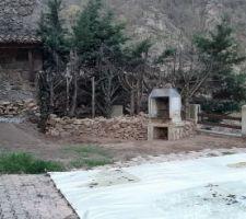 Les montages de pierres entreposés laissent place à des murs en pierres sèches.
