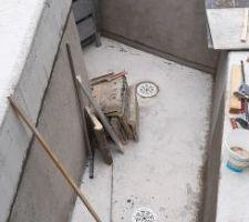 Reprise du travail dans le bac par la mise en oeuvre du pré enduit sur les murs du bac.