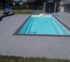 Voilà.  Le tapis est posée et ne manque que le vernis. Sommes plus que satisfait.  Bonne baignade  à vous tous.