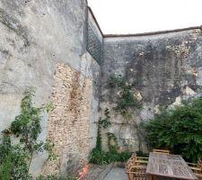 La piscine sera dans l'angle, a environ 80cm des murs du voisin