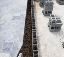 Début de la maçonnerie: Blocs en stépoc de 24cm. Premier lit mis au mortier