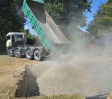 18 tonnes de gravier déposés, reste à étaler cela de niveau