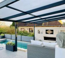 Vue sur la terrasse de la piscine