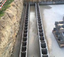 Reprise du chantier après 1 mois de repos, la dalle est parfaitement sèche. 1er rang de BAB scellé au mortier.
