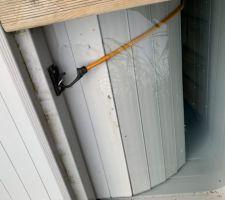 Les élastiques ne tiennent pas dans la durée. Je les ai remplacés par des extenseurs.  Attention à la tension : trop détendu ou trop tendu le volet ce coince.  Une fois ouvert complètement : les extenseurs doivent être très légèrement en tension.
