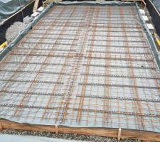 Première couche posée avec du chainage triangulaire pour assurer environ 10 cm d'espacement entre les deux treillis