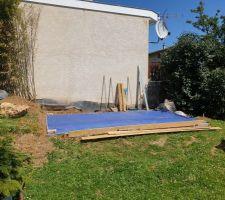 Terrain avant construction (bâche bleue pour pose piscine intex 2x4 été 2020)