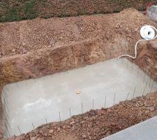 Après la mise en place du ferraillage, c'est le moment du coulage béton du radier avec la bonde de fond.