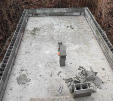 Début de la pose des blocs à bancher. Le ferraillage est assuré par des tords de 8mm.