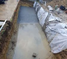 Coulage de la dalle fait hier. Il a plu tôt ce matin, heureusement la prise était déjà faite...