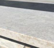 Voilà le temps de la réflexion concernant les margelles. On hésite entre de la pierre calcaire beige kanfanar et de la pierre calcaire grise Royal Grey. Deux ambiances très différentes....