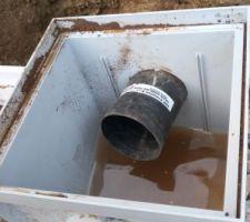 Arrivé du drain dans le futur puit. Il sera réenterré un peu en dessous du niveau des graviers