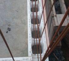 Pose de la première rangée d'Irribloc maintenue par les fer horizontaux et ferraillage des angles