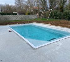 Terrasse coulée au tour de la piscine. Environ 50m2. Plus qu?à trouver la finition (travertin, carrelage, résine de marbre ?)