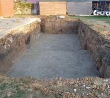 Réalisation du drainage par une chaussette geotextile avec un drain et des cailloux, le tout recouvert de sable