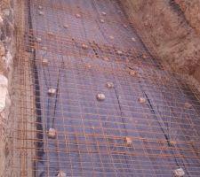 Pose de l'isolant sous dalle, du ferraillage et du polyane