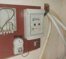 Dans le local technique qui existait sous la terrasse, les tuyaux sont arrivés et le tableau électrique est constitué.