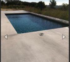 Photo de la piscine que j'aimerais realiser avec une dalle beton sans margelle qui se fini au niveau de la ligne d'eau.