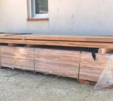 Livraison du bois pour ma future terrasse à coté de la piscine (60m2 en Cumaru)
