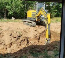 Démarrage des travaux, le trou pour la piscine commence à être creusé