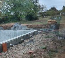 Les blocs commencent à être montés pour le Pool House