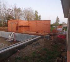 Ça y'est la partie maçonnée du pool house est en cours