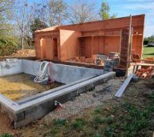 La partie maçonnée du Pool house est finie, le poteau est en cours de montage